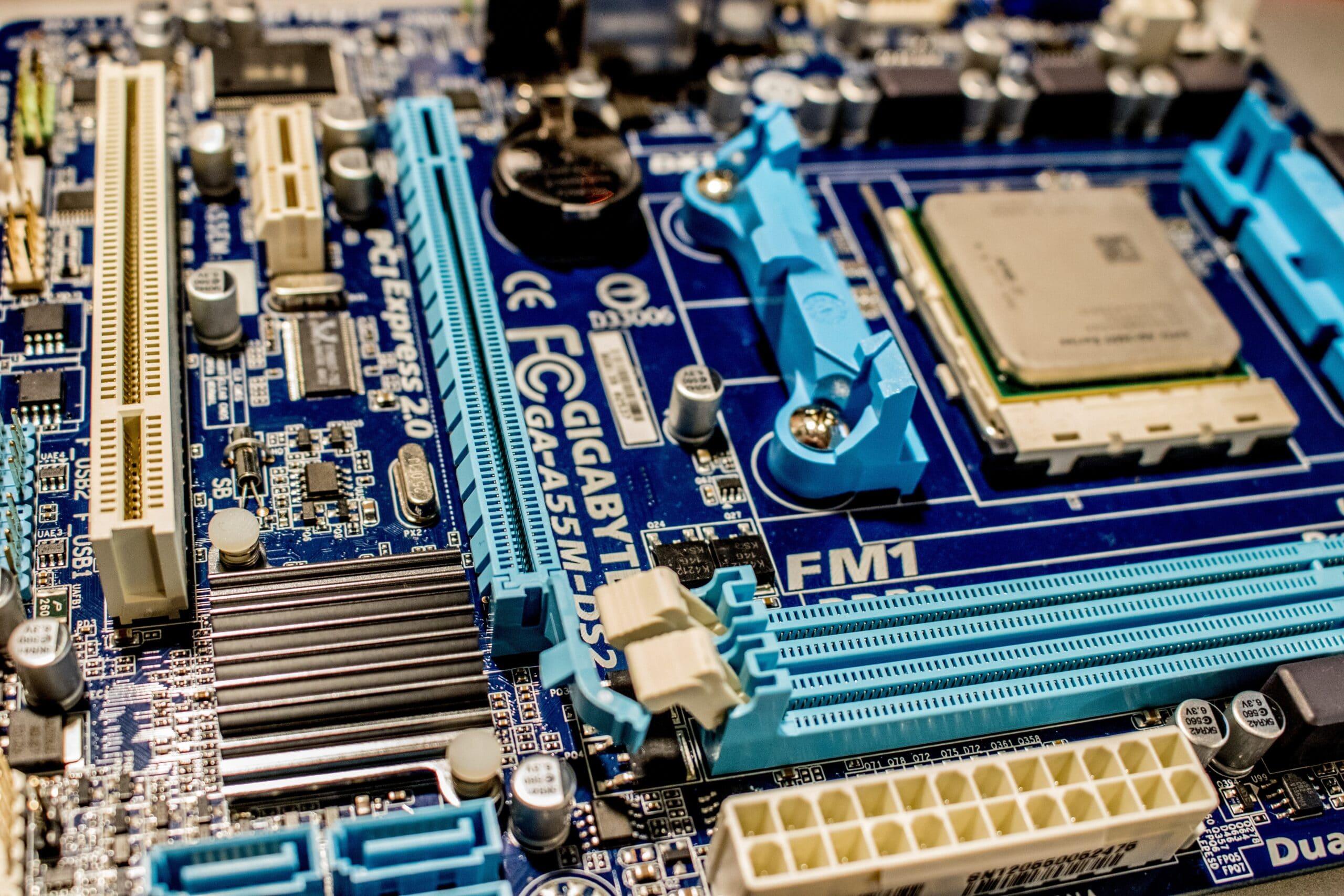 green-and-blue-computer-ram-stick-3665443